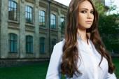 Молодая женщина в формальной одежды — Стоковое фото