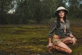 Safari vrouw in de ochtend moeras — Stockfoto