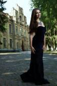 Сексуальная женщина в черном платье и ожерелье — Стоковое фото