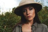 Mulher de safári no pântano — Fotografia Stock