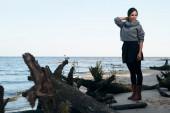 Brunette on sea coast in autumn — Foto de Stock
