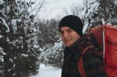 Adam kış orman — Stok fotoğraf