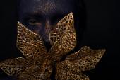 Dame met blauw gezicht kunst Gouden bloem in mond — Stockfoto