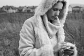 Vrouw met behulp van smartphone close-up — Stockfoto