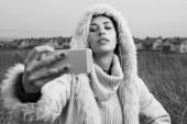 Woman takes selfies close up — Stockfoto