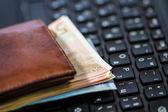Brieftasche und Geld auf Tastatur — Stockfoto