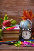 Tempo per il concetto di scuola su fondo in legno — Foto Stock