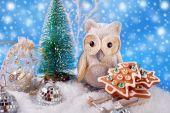 Eule mit Lebkuchen Weihnachtsgebäck auf Schlitten — Stockfoto