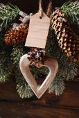 Cuore di legno e carta cartellino appeso sull'albero di Natale — Foto Stock