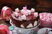 Valentines day cake with heart shaped marshmallow decoration — Stock Photo
