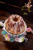 Easter ring cake with icing and colorful sprinkles — Stock Photo