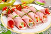 Ham rolls stuffed with cheese and vegetables — Stock Photo