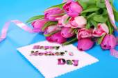 Bunch of pink tulips and card for mom — Stock Photo