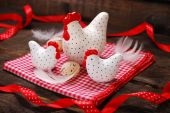 Easter decoration with three white hens on wooden background — Fotografia Stock