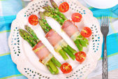 Green asparagus with ham and cheese — Stock Photo
