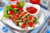 Chicken and vegetable grilled skewers — Stock Photo