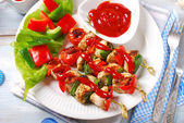 Chicken and vegetable grilled skewers with ketchup — Stock Photo