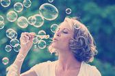 Soffiando bolle di bella donna — Foto Stock