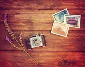 Câmera vintage foto na mesa de madeira — Fotografia Stock