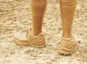 Las piernas y los zapatos muy fangosos — Foto de Stock
