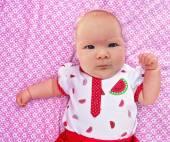 Kleines Mädchen auf einer Decke — Stockfoto