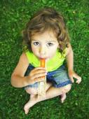 Young girl eating a frozen treat — Stock Photo