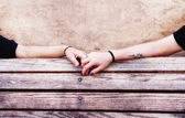 People holding hands on bench — Foto de Stock
