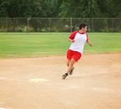 女人在打一场垒球比赛 — 图库照片