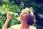 美丽的女人吹泡泡 — 图库照片