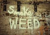 Wall with the text smoke weed — Stock Photo