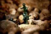 Miniature toy soldiers in desert battle scene. — Foto de Stock