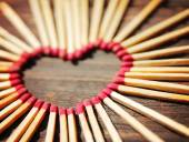 Matchsticks in shape of heart — Stock Photo