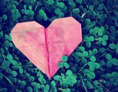 Origami heart on green clover — Stockfoto