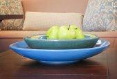 Manzanas en un tazón de fuente — Foto de Stock