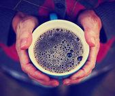 Ręce trzymając kubek kawy — Zdjęcie stockowe