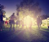 People mingling at a free concert by local musicians in a garde — Stock Photo