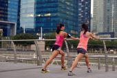 Stretching runner friends — Foto de Stock