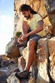Hiker knyta skosnören på berg — Stockfoto