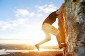 Man rockclimbing up steep mountain — Stock Photo