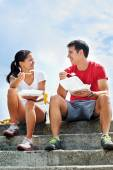 Couple eating takeout food — Stock Photo