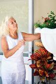 Donna maggiore prendendosi cura delle piante — Foto Stock