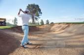 Bunker atış oynarken golfçü — Stok fotoğraf