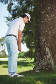 Golfer in difficult situation behind tree — Stock Photo