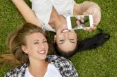 Best friends taking selfies — Stockfoto