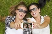 Best friends taking selfies — Stockfoto