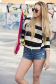 Garota posando com seu skate — Fotografia Stock