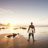 Surfer man at the beach — Stock Photo