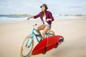 Sörfçü kadın binicilik bisiklet — Stok fotoğraf