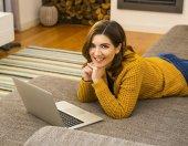 Kobieta z jej laptop — Zdjęcie stockowe
