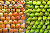 Pears and apples at a market — Stock Photo